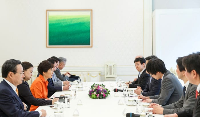 President Park Geun-hye (third from left) shares her views with Democratic Party President Katsuya Okada about measures to enhance Korea-Japan cooperation and exchanges.