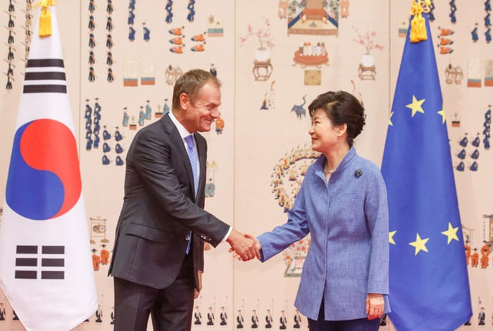 President Park Geun-hye (right) and European Council President Donald Tusk shake hands before summit talks at Cheong Wa Dae on Sept. 15.