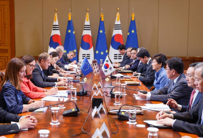 President Park Geun-hye (right) and President of the European Council Donald Tusk hold summit talks at Cheong Wa Dae on Sept. 15.