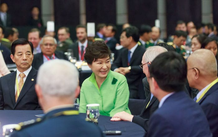 President Park Geun-hye chats with participants at the Seoul Defense Dialogue.