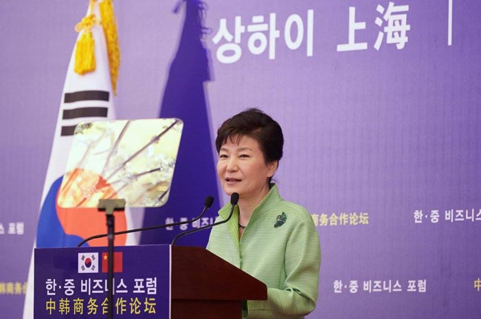 President Park Geun-hye talks about future economic cooperation between Korea and China, proposing to maximize the effects of an FTA, diversify bilateral cooperation and make more concerted responses to global issues, in Shanghai on Sept. 4.