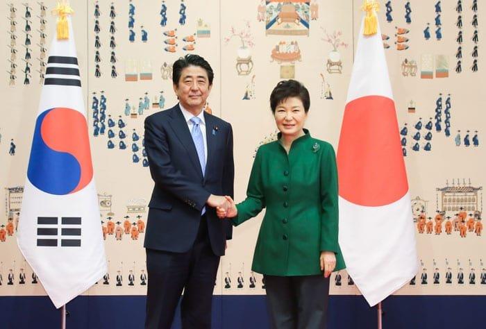 President Park Geun-hye (right) and Japanese Prime Minister Shinzo Abe pose for a photo prior to the Korea-Japan summit on Nov. 2.