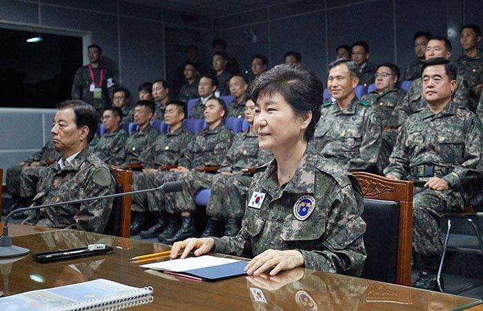 박근혜 대통령이 24일 을지프리덤가디언(UFG) 연습이 진행 중인 중부전선 전방군단을 방문해 군사 대비태세에 대한 보고를 듣고 있다.