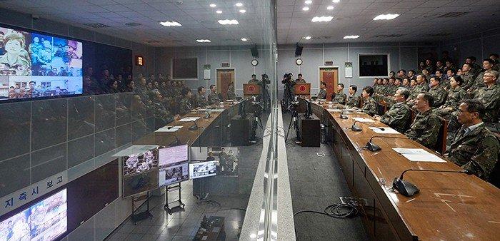 박근혜 대통령이 24일 을지프리덤가디언(UFG) 연습이 진행 중인 중부전선 전방군단을 방문해 군사 대비태세를 점검하고 있다.
