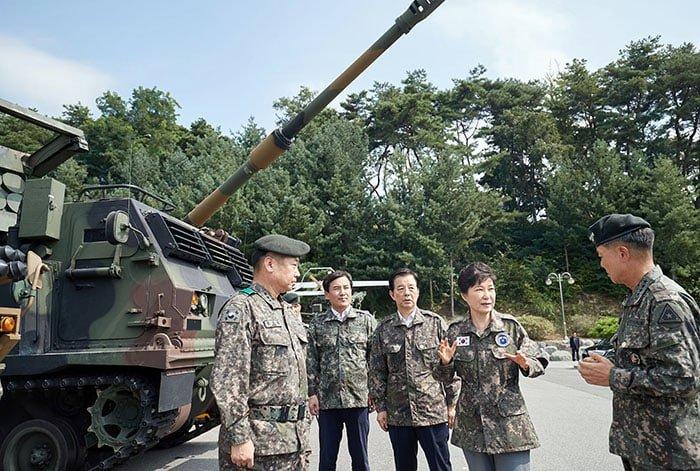 박근혜 대통령이 24일 중부전선 전방군단을 방문해 K-9 자주포 등 화력 장비에 대한 설명을 듣고 있다.