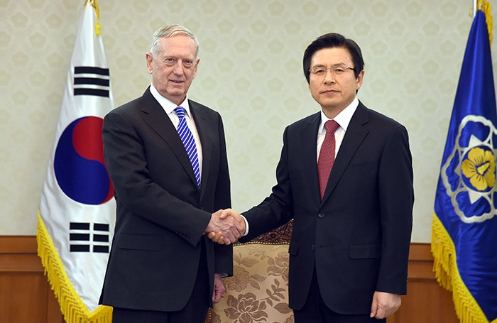 U.S. Secretary of Defense James Mattis (left) and acting President Hwang Kyo-ahn hold a meeting at the Government Complex-Seoul on Feb. 2. Secretary Mattis reaffirmed the Trump administration's will to bolster the Korea-U.S. relations.