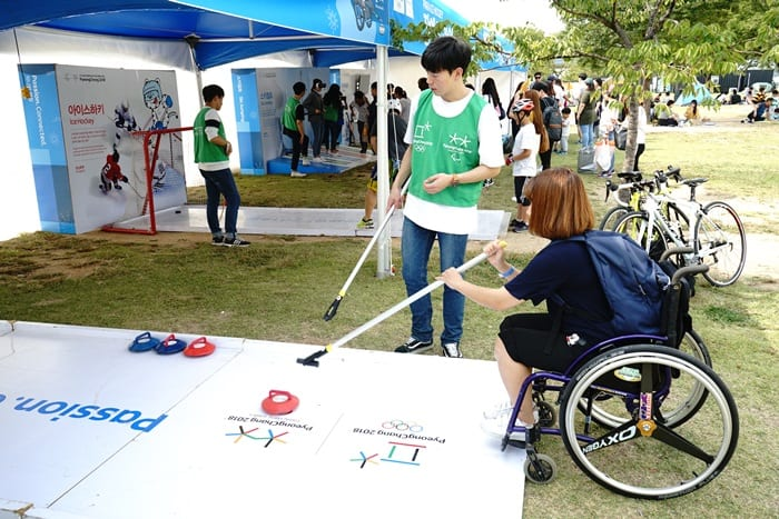 A hands-on activity booth lets people try wheelchair curling, one of the sports at the PyeongChang 2018 Olympic and Paralympic Winter Games, at the '88 Olympic Bridge' promotional booth at Yeouido Hangang Park in Seoul on Sept. 23.
