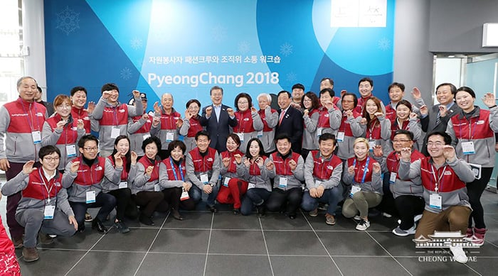 President Moon Jae-in poses for a photo with volunteers for the PyeongChang Olympic and Paralympic Winter Games and the Games committee, in Gangneung, Gangwon-do Province, on Dec. 19. (Cheong Wa Dae Facebook)