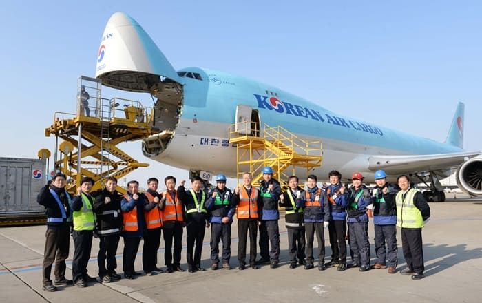 Minister of Trade, Industry and Energy Paik Ungyu (eighth from right) poses for a group photo with staff at Korean Air's cargo terminal at Incheon International Airport on Jan. 1. (Ministry of Trade, Industry and Energy)