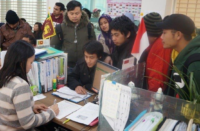 2018년에는 주한 외국인들을 대상으로 하는 제도가 달라진다. 사진은 안산 외국인주민상담지원센터에서 상담을 받고 있는 주한 외국인들. 안산시청.