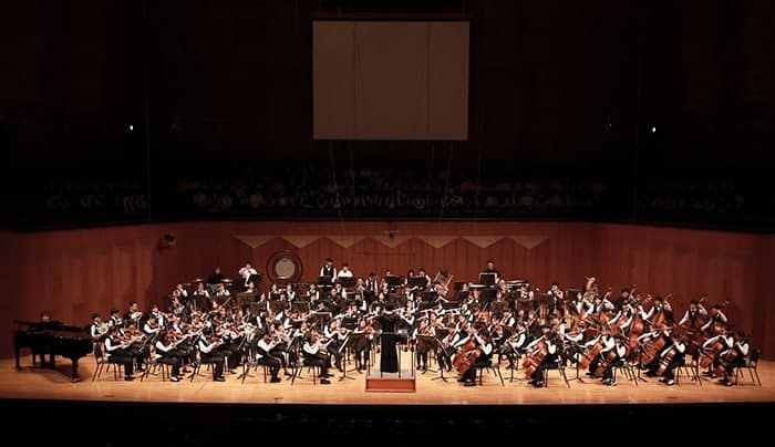 El Sistema Korea Gangwon, a youth orchestra with members from across Gangwon-do Province, is to perform at the Gangneung Arts Center in Gangneung on Jan. 6 to support the PyeongChang 2018 Olympic and Paralympic Winter Games. The photo above shows the orchestra at the Seoul Arts Center in October 2017. (Korea Arts & Culture Education Service)