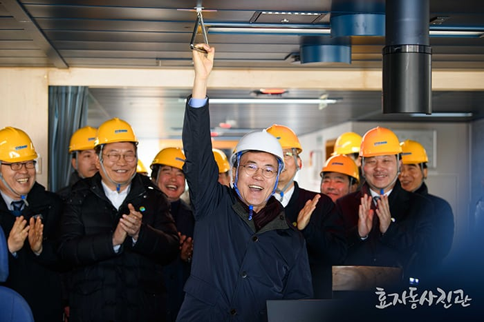 President Moon Jae-in sounds the klaxon onboard the icebreaker liquefied natural gas tanker 'Vladimir Rusanov' while visiting Daewoo Shipbuilding and Marine Engineering's Okpo Shipyard in Geoje, Gyeongsangnam-do Province, on Jan. 3.