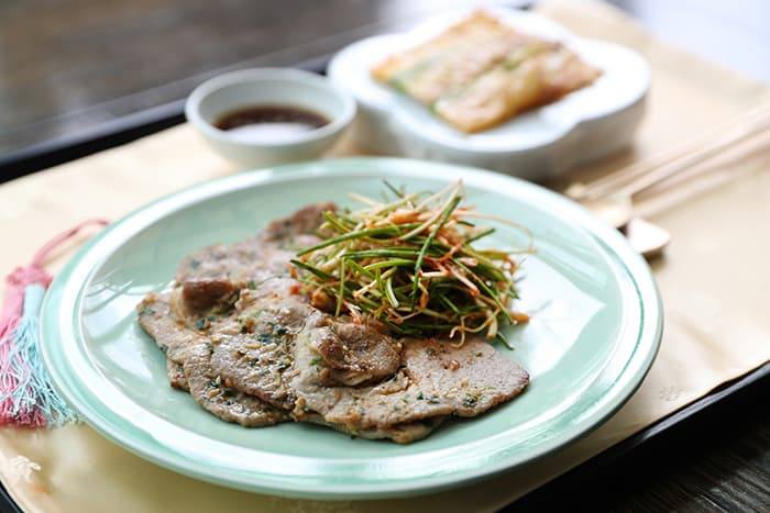 Director Yoon created the so-called 'eight-province Daejanggeum banquet' for the South's reciprocal banquet after the 2007 Inter-Korean Summit. The photo shows some charcoal-grilled pork with a soybean paste and a pan-fried kimchi kebob, two of the menu items served during the banquet.