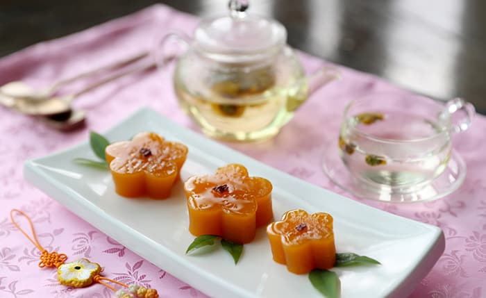 Sweet pumpkin jelly and wild chrysanthemum tea are served as dessert at the South's reciprocal banquet after the 2007 Inter-Korean Summit. Director Yoon has reproduced the dish.