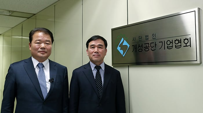 Chairman Shin Han Yong (left) of the Corporate Association of the Gaseseong Industrial Complex and Vice Chairman Yoo Chang Geun hope the 2018 Inter-Korean Summit is successful so that it can help to restart inter-Korean business cooperation.