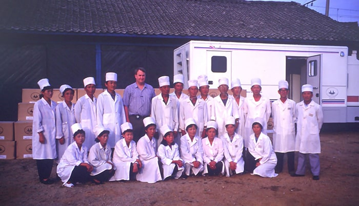 Linton has been working hard to offer health and medical support in North Korea for more than 20 years. The photo shows Linton and North Korean medical staff in Seoncheon, Pyeonganbuk-do Province, after providing some medical supplies to the Seoncheon Central Tuberculosis Hospital on Aug. 26, 2000.