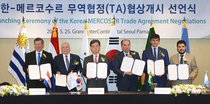Authorities from Korea and South America pose for a photo during trade negotiations. From left are Uruguayan Foreign Minister Rodolfo Nin Novoa, Paraguayan Foreign Minister Eladio Loizaga, Korean Minister for Trade Kim Hyun-chong, Brazilian Foreign Minister Aloysia Nunes Ferreira, Brazilian Minister of Industry and Commerce Marcos Jorge de Lima, and Brazilian Deputy-Minister of Foreign Ministry Horacio Reyser Travers. (Ministry of Trade, Industry and Energy)