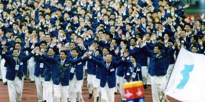 남북은 오는 8월 열리는 자카르타-팔렘방 아시안게임에 농구∙조정∙카누 등 3개 종목에 단일팀을 내보낸다. 2002년 9월 29일 부산아시안게임 개막식에서 남북 선수들이 한반도기를 들고 입장하고 있다. 대한체육회