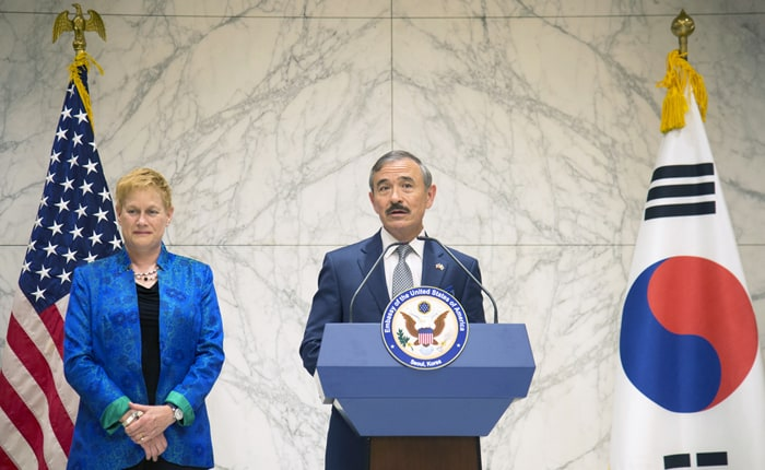 The new U.S. ambassador to Korea, Harry Harris (right), issues a brief statement after arriving at Incheon International Airport with his wife. (U.S Embassy & Consulate in Korea)