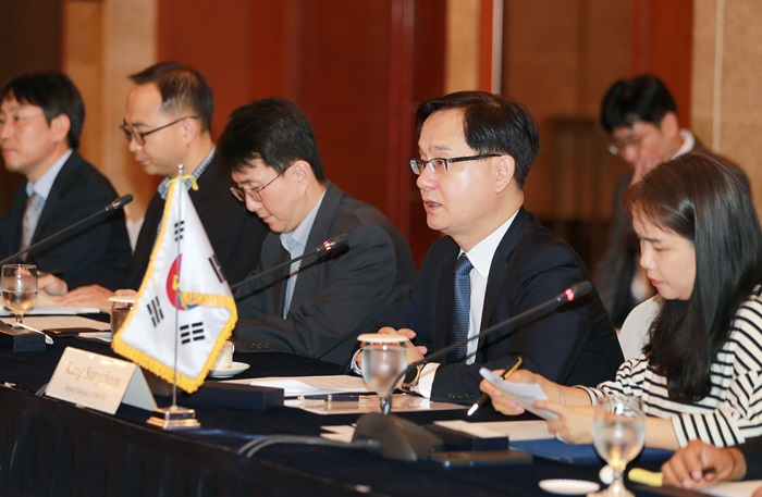 Kang Sung-chun, deputy mister for trade at the Ministry of Trade, Industry and Energy, gives a speech during the first Korea-Indonesia Automotive Dialogue, at the Lotte Hotel in Seoul on Aug. 24. (Ministry of Trade, Industry and Energy)