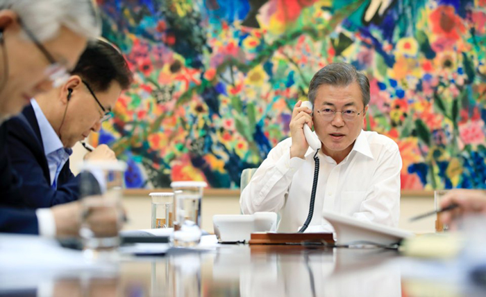 President Moon Jae-in explains over the phone the special envoys' Sept. 5 visit to Pyeongyang, at Cheong Wa Dae the night before. (Cheong Wa Dae)