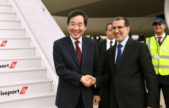 Prime Minister Lee Nak-yon (left) on Dec. 20 shakes hands with Moroccan Prime Minister Saadeddine Othmani at Rabat-Sale Airport in Morocco.