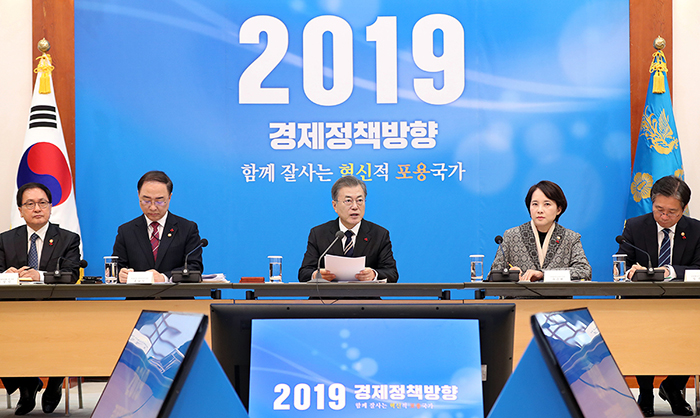 President Moon Jae-in (third from left) on Dec. 17 speaks during an extended meeting of economic-related ministers at Cheong Wa Dae. (Cheong Wa Dae)