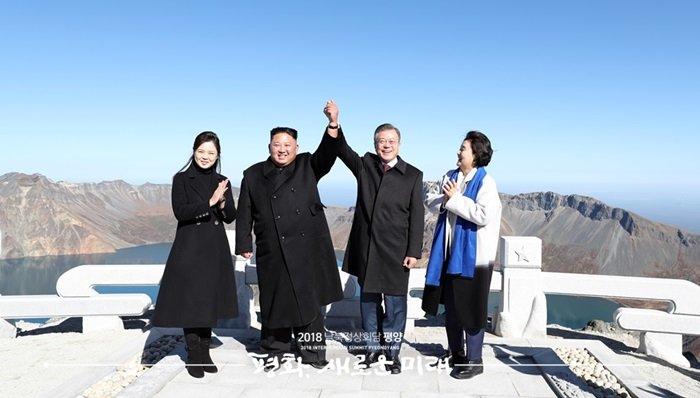 President Moon Jae-in (third from left) and North Korean leader Kim Jong Un on Sept. 20 held each other's hands high atop Janggun Peak on North Korea's Baekdusan Mountain. (Pyeongyang Press Corps)