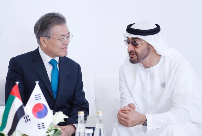 President Moon Jae-in (left) and Crown Prince of Abu Dhabi Mohammed bin Zayed Al-Nahyan in March 2018 hold talks during President Moon's official visit to the United Arab Emirates (UAE). (President Moon Jae-in's Facebook account)