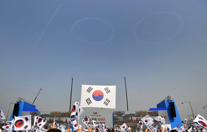 '제100주년 3.1절 기념식'이 1일 광화문광장에서 열린 가운데 문재인 대통령과 1만 여명의 시민들이 만세삼창을 외치는 순간에 맞춰 공군 특수비행팀 '블랙이글스'가 숫자 '100'을 광화문광장 상공에 수 놓고 있다.