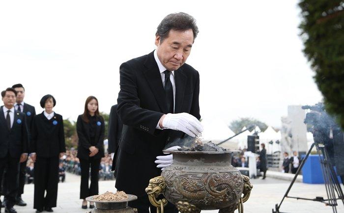 이낙연 국무총리가 19일 오전 서울 강북구 국립 4.19민주묘지에서 열린 '제59주년 4·19혁명 기념식'에 참석해 분향하고 있다.