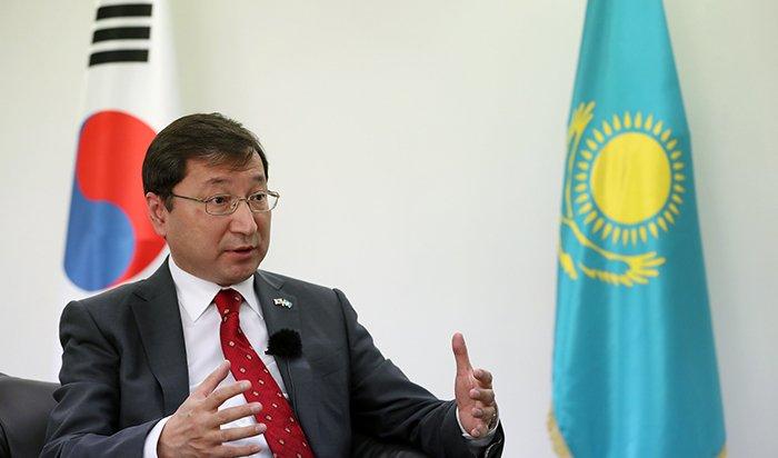 Kazak Ambassador to Korea Bakyt Dyussenbayev on April 5 explains the common traits shared by Korea and Kazakhstan at the Kazakh Embassy in Seoul's Yongsan-gu District.