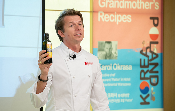 """Chef Karol Okrasa on May 13 introduces traditional Polish liquor made from wild berries during a """"master class"""" cooking show at the Korean Cuisine Culture Center in Seoul's Jung-gu District."""