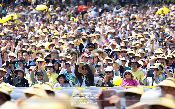 Approximately 21,000 people on May 23 visited Bongha Village in Gimhae, Gyeongsangnam-do Province, to mark the tenth death anniversary of former President Roh Moo-hyun.