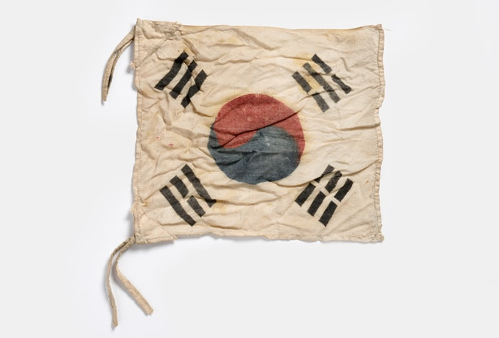 Before Korea's independence, professor Lee Ha-bok made this Taegeukgi flag to teach his students.