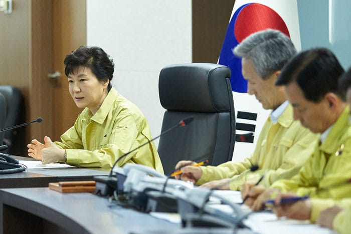 President Park Geun-hye (left) convenes an emergency meeting of the NSC in regard to North Korea's provocations on Aug. 20.