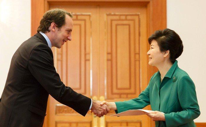 박근혜 대통령(오른쪽)이 스리랑카(위에서부터), 이탈리아, 엘살바도르, 스웨덴, 그리고 프랑스 등 주한대사로부터 신임장을 받고 있다.