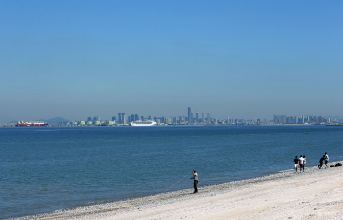 From the beach on Gubongdo Island, on a clear day you can see as far as Songdo, the Incheon New Port and Yeongjongdo Island.