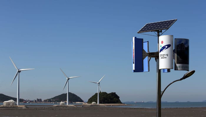 Daebudo Island is an ecotourism destination where people can feel and experience nature without changing or destroying it. Being close to large metropolitan areas, many people visit the island. In the photo, both solar and wind power are used to operate the streetlights. Electrical facilities using wind power and tidal power can be found across the island.