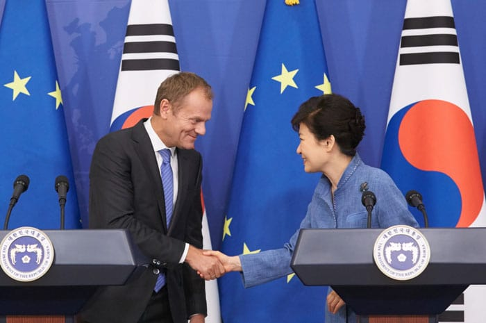 President Park Geun-hye (right) and President of the European Council Donald Tusk hold a joint press conference after having the Korea-EU summit meeting at Cheong Wa Dae on Sept. 15.