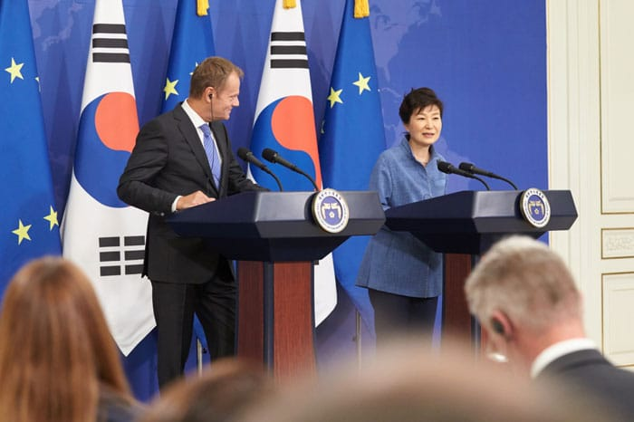 President Park Geun-hye (right) and European Council President Donald Tusk hold a joint press conference after the summit talks at Cheong Wa Dae on Sept. 15.