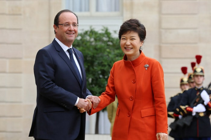 French President François Hollande will make a state visit to Korea next month to attend a summit with President Park Geun–hye. The above photo shows the two leaders ahead of the Korea-France summit that took place in Paris in 2013 du ring President Park's official visit there.