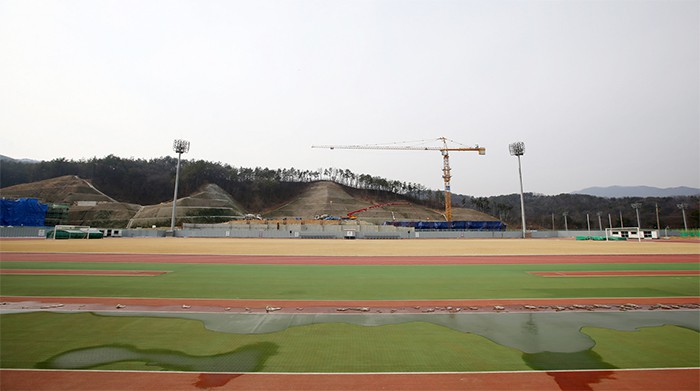 The 400 meter track has 6 lanes and soccer or rugby can be played on the inner field.