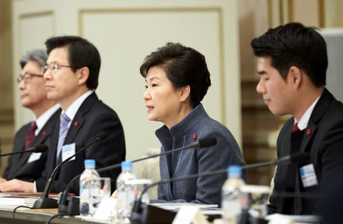 During a policy briefing on Jan. 26, President Park Geun-hye (second from right) said that, 'Laws and systems need to work actively for the disadvantaged so that they can feel the warmth.'