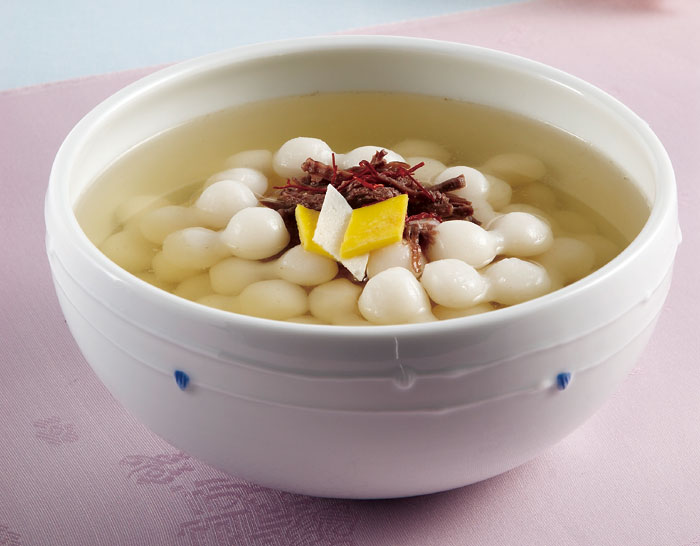 <i>Jogaengi tteokguk</i> is named after the shape of the rice cake pieces, which look like small gourds.