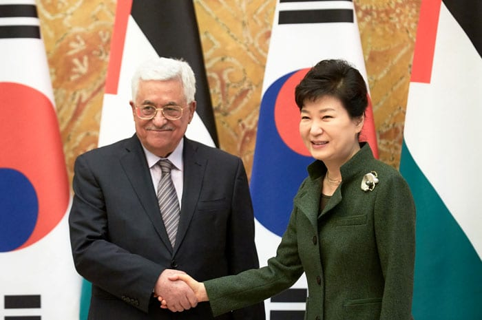 President Park Geun-hye (right) and Palestinian President Mahmoud Abbas shake hands during a summit at Cheong Wa Dae on Feb. 18.