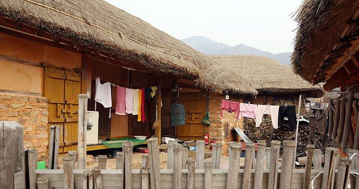 낙안읍성 내 초가 마당에는 봄볕에 말라가는 빨래와 함께 과거와 현재가 어우러진 세간살이의 모습을 볼 수 있다.