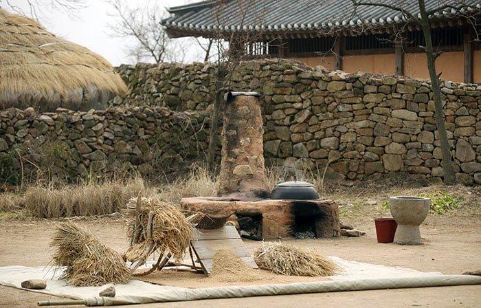 아직 추위가 가시지 않은 2월말 26일 읍성안의 초가에서는 방을 데우는 흰 연기가 피어 오르고 마을 곳곳의 아궁이에 올려진 가마솥은 물을 데우고 있다.
