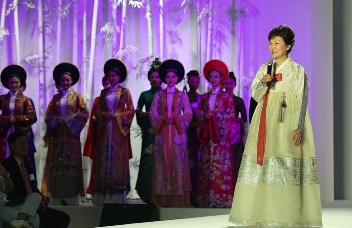 President Park Geun-hye (right) emphasized the cultural exchange between Korea and Vietnam through Hanbok and ao dai while delivering congratulatory remarks at a fashion show on Hanbok and ao dai held in Hanoi, Vietnam, in September 2013.
