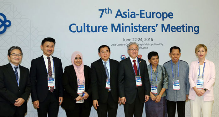 Minister of Culture, Sports and Tourism Kim Jongdeok (fourth from right) and other ministers and vice ministers from 44 Asia-Europe Meeting (ASEM) countries pose for a group photo at the ACC on June 22.